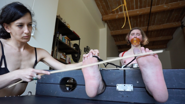 Amateur Porn Video : Bastinado & Breath Play